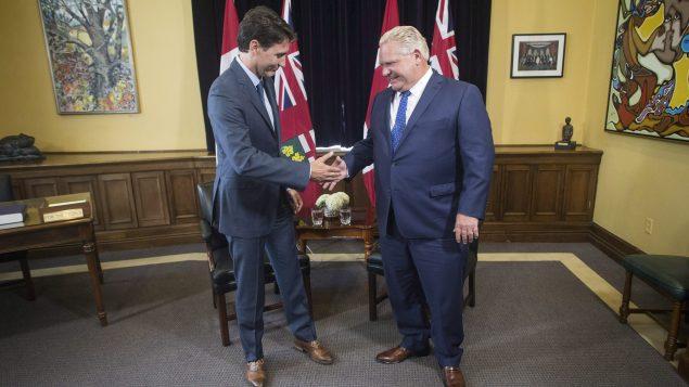 رئيس الحكومة جوستان ترودو(إلى اليسار) ورئيس حكومة اونتاريو دوغ فورد في الجمعيّة التشريعيّة في اونتاريو في 06-07-2018//Chris Young/CP