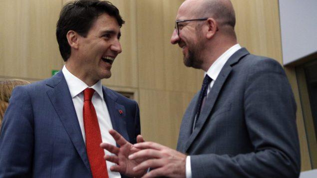 رئيس الحكومة الكنديّة جوستان ترودو (إلى اليسار) متحدّثا لى نظيره البلجيكي شارل ميشال في قمّة الناتو في بروكسيل في 12-07-2018/Francois Mori/AP