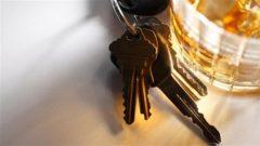 رزمة مفاتيح بجانب كأس من الخمر/iStock