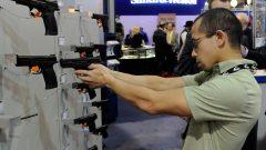 هاوي أسلحة يحرب مسدسا في معرض للأسلحة النارية في الولايات المتحدة/الصحافة الكندية