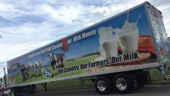شاحنة توزيع الحليب الكندي التي كتبت عليها رسالة تندد بتهديدات دونالد ترامب للمزارعين ومنتجي الألبان في كندا. حقوق الصورة: Radio-Canada/JGV Design