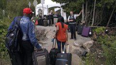 طالبو اللجوء على الحدود الأميركية الكندية والإجراءات التي يخضع لها هؤلاء من قبل خدمات الحدود/راديو كندا