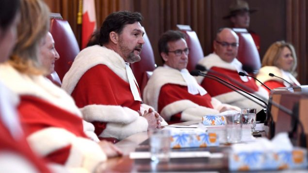 كبير قضاة المحكمة الكندية العليا ريشار فاغنر الثاني إلى اليمين/الصحافة الكندية
