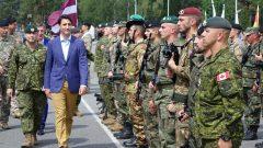 رئيس الحكومة الكنديّة جوستان ترودو يتفقّد الجنود الكنديّين في قاعدة أداجي القريبة من العاصمة ريغا في لاتفيا/Radio-Canada/Louis Blouin