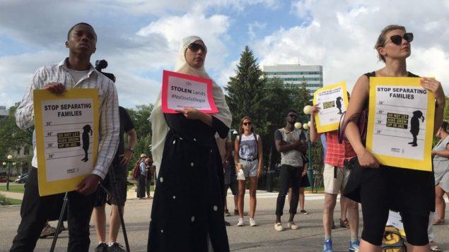 تجمع أمام برلمان مانيتوبا للمطالبة بمعاملة أفضل لطالبي اللحوء وانسحاب كندا من الاتفاقية مع أميركا/سي بي سي