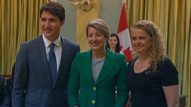 من اليمين: حاكمة كندا العامّة جولي باييت ووزيرة السياحة ميلاني جولي ورئيس الحكومة جوستان ترودو/Justin Tang/CP