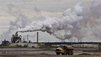 انبعاثات الكربون من منشأة لاستخراج النفط من الرمال الزفتية في غرب كندا (أرشيف) Jason Franson/CP