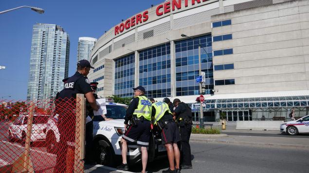 عناصر من شرطة تورونتو أمام مركز روجرز في وسط المدينة التجاري/CBC/Paul Smith/هيئة الاذاعة الكنديّة