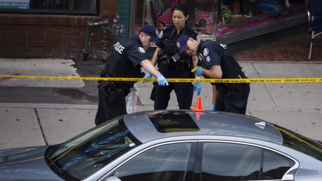 الشرطة تعاين مكان سقوط الرصاصات على السيارة خلال عملية إطلاق النار التي أسفرت عن مقتل ثلاثة أشخاص من بينهم مطلق الرصاص واثني عشر جريحا/الصحافة الكندية