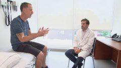 أخصائي الأعصاب فرانسوا جاك يجرب علاجا جديدا للسرطان - Radio Canada