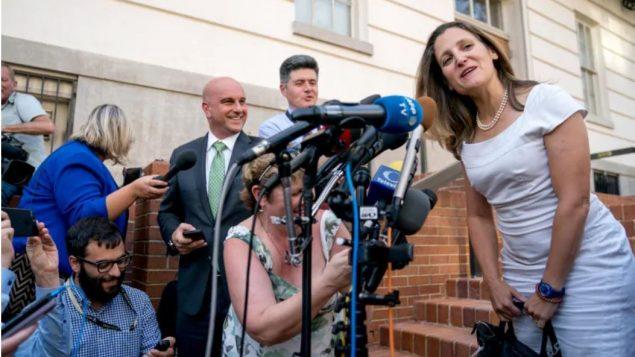وزيرة الخارجيّة الكنديّة كريستيا فريلاند تتحدّث إلى الصحفيّين لدى وصولها إلى واشنطن في 28-08-2018/Andrew Harnik/AP