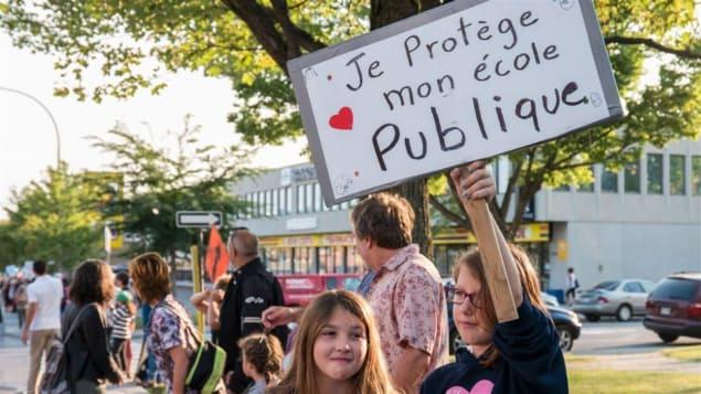 مظاهرة للتلاميذ والأهل ضد مقص الاقتطاعات لحكومة كيبيك في النصف الأول من مرحلة الحكم الأولى التي تميزت بالتقشف/راديو كندا