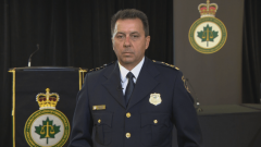 """ماريو هاريل رئيس الجمعية الكندية لرؤساء الشرطة : """"حادثة إطلاق النار في فردريكتون تدفعنا إلى مراجعة طرق عملنا"""" – Radio Canada"""