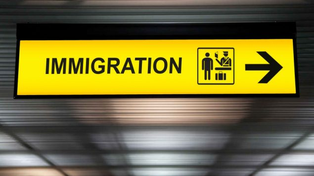 لافتة ظهرت عليها كلمة هجرة/iStock