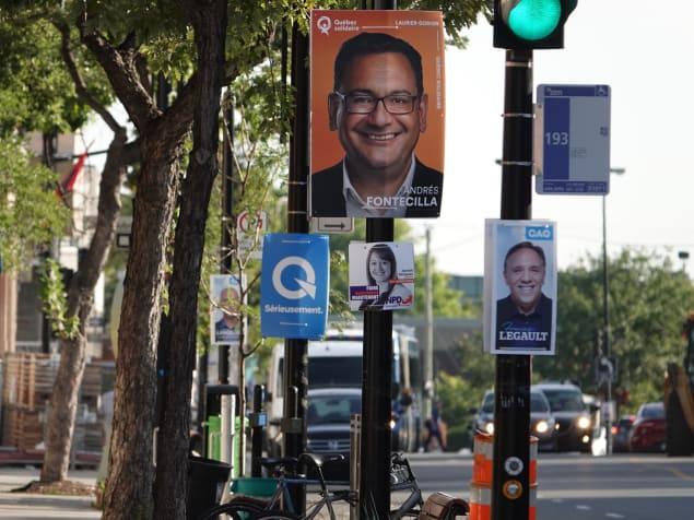 لافتات انتخابيّة تحمل صور المرشّحيت ترتفع في مواقع مخصّصة لها في شوارع المدن الكيبيكيّة/