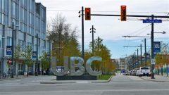أحرف كبيرة تحمل اسم جامعة بريتيش كولومبيا في أحد الشوارع/Christer Waara/CBC/هيئة الإذاعة الكنديّة