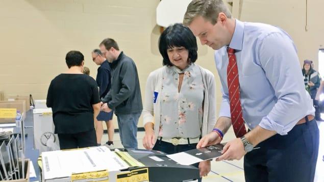 زعيم الحزب الليبرالي رئيس حكومة نيوبرنسويك الخارج برايان غالانت يصوت في دييب/راديو كندا