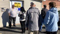 ناخبون ينتظرون أمام مكتب اقتراع في مونكتون في نيوبرنسويك/راديو كندا