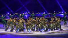 سيرك الشمس الكندي العالمي قدّم عرضه الأول في المملكة العربية السعودية ونشاهد الفنانين في العرض يرتدون أزياء باللون الأخضر نسبة إلى لون العلم السعودي/حقوق الصورة AFP/FAYEZ NURELDINE