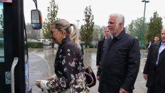 فيليب كويار تتقدمه زوجته يستعدان لاستقلال باص الركاب المشترك في لافال قبل الإدلاء بتعهده/راديو كندا