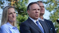 زعيم حزب التحالف من أجل مستقبل كيبيك فرنسوا لوغو برفقة مرشحين من حزيه يرد على أسئلة الصحافيين/راديو كندا