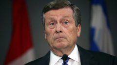 رئيس بلدية تورنتو جون توري الذي يسعى لإبطال لجوء دوغ فورد لحق الاستثناء لتخفيض حجم المجلس البلدي/الصحافة الكندية