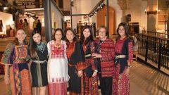 الفنانة التشكيلية نجاة التاجي الخيري بالعباءة البيضاء تتوسط بعض السيدات اللواتي ارتدين العباءة التقليدية الفلسطينية/صفحة الفيسبوك لنجاة التاجي