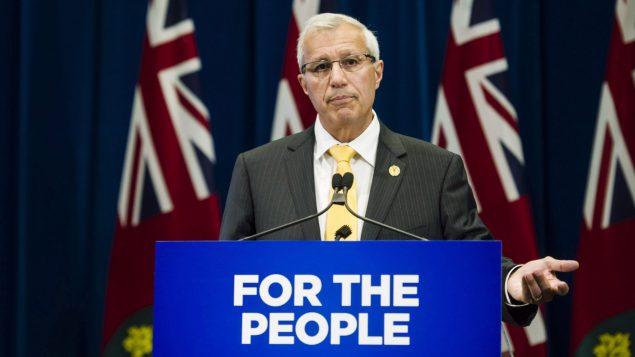 فيك فيديلي وزير المال في حكومة اونتاريو قرّر الاستغناء عن خطوط الهاتف الثابتة/Christopher Katsarov/CP
