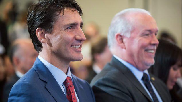 رئيس الحكومة الكنديّة جوستان ترودو (إلى اليسار) ورئيس حكومة بريتيش كولومبيا جون هورغان أعربا عن ارتياحهما لمشروع أنبوب الغاز الطبيعي في الغرب الكندي/Darryl Dyck/CP