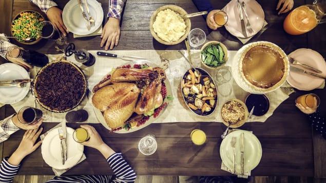 يلتقي الكنديّون في عطلة عيد الشكر حول المائدة للاحتفال بالعيد مع الأهل والأصدقاء/iStock