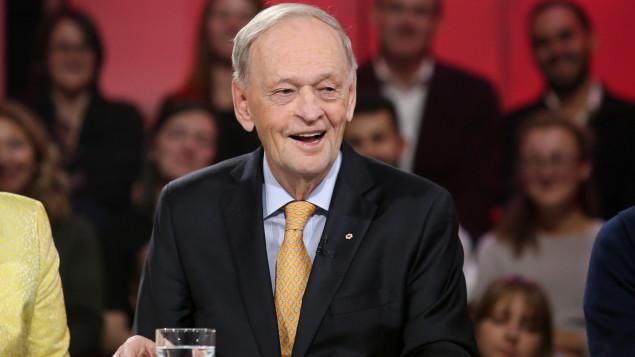 رئيس الوزراء الكندي الأسبق جان كريتيان ضيف راديو كندا متحدثا عن كتابه الجديد حكاياتي/راديو كندا