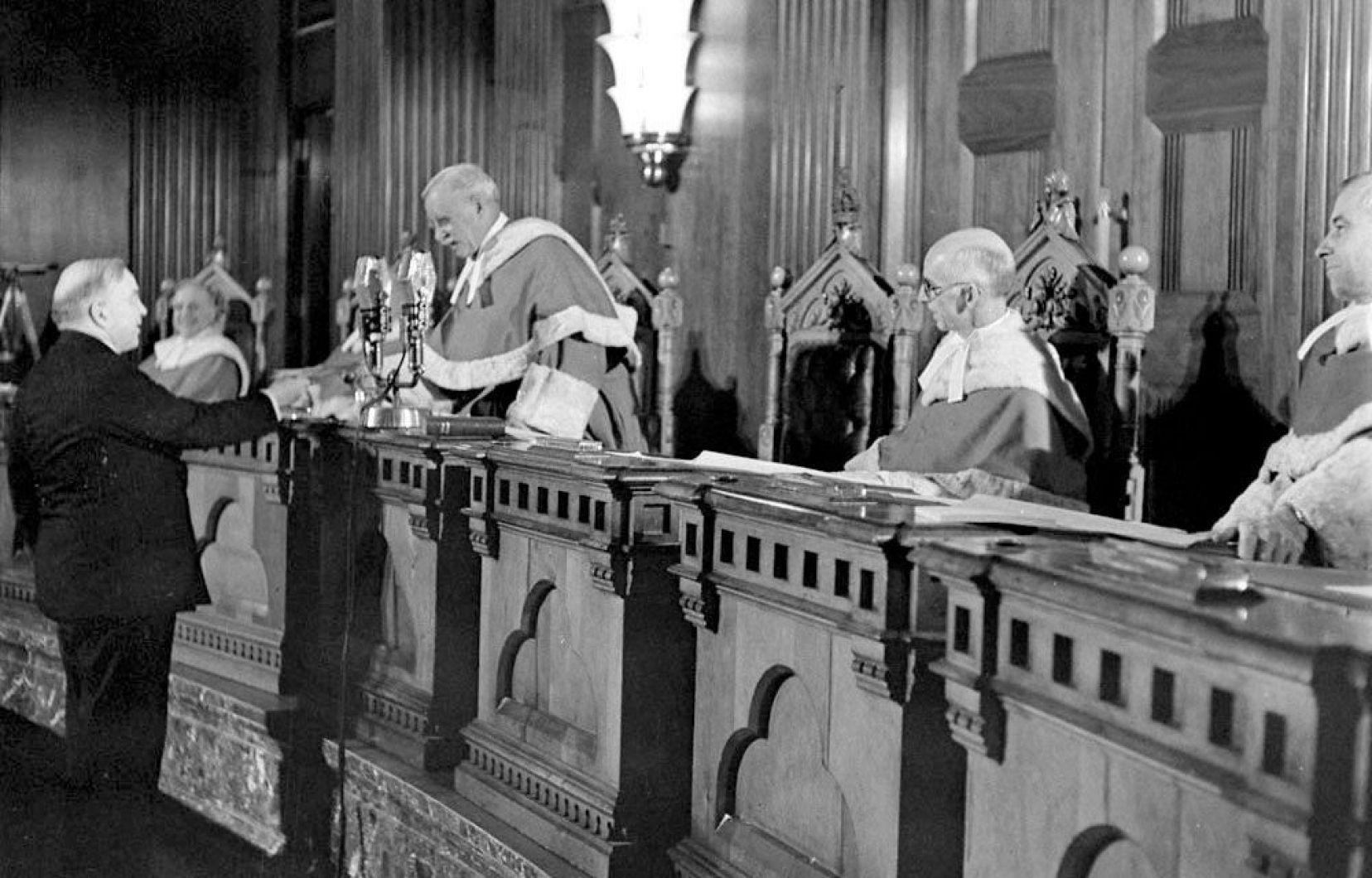 في 3 كانون الثاني يناير 1947، حصل رئيس الحكومة الكندي ماكنزي كينغ على أوّل شهادة للجنسية الكندية في مقر المحكمة العليا من طرف أحد قضاتها وتحمل الرقم 001 – La Presse Canadienne/Bibliothèque et Archives Canada