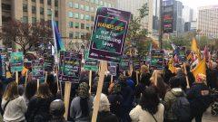 متظاهرون في اونتاريو يطالبون الحكومة بعدم التراجع عن قرار حكومة الليبراليّين السابقة برفع الحدّ الأدنى لأجر الساعة/Radio-Canada