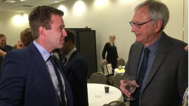 زعيم الليبراليّين في مقاطعة نيوبرنزويك برايان غالانت (إلى اليسار) وعمدة مدينة فريديريكتون باد بورد/Jacques Poitras/CBC/هيئة الإذاعة الكنديّة