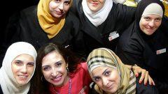 نهال علوان ( في الوسط في أسفل الصورة) مؤسّسة شركة طيّبة للمأكولات وعدد من السيّدات السوريّات اللواتي يعملن فيها/Malcolm Perry