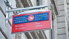 علامة مؤسسة البريد الكندية عند مدخل أحد مكاتبها (أرشيف) / Radio-Canada