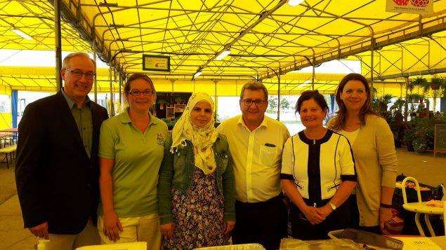 """الدكتورة نور صايم (الثانية من اليمين) وعمدة كيبيك ريجيس لابوم (في الوسط) والسيّدة حنان عبد الكريم إحدى المشاركات في مشروع """"أطعمة معا""""/فيسبوك/Aliments Ensemble"""