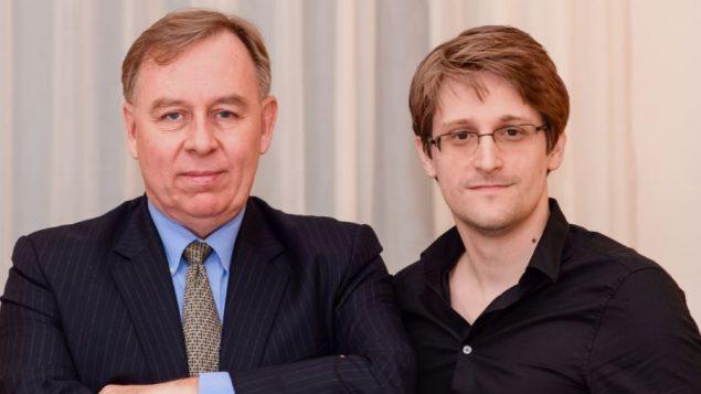ادوارد سنودن المتعاقد السابق مع وكالة الأمن القومي الأمريكيNSA ومحاميه الكندي وبرت تيبو - Radio Canada