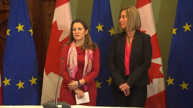 وزيرة الخارجيّة الكنديّة كريستيا فريلاند (إلى اليسار) ومفوّضة الشؤون الخارجيّة في الاتّحاد الأوروبي فيديريكا موغريني/ Radio-Canada
