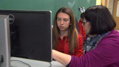 معلمة من فريق النجاح تساعد طالبة في مدرسة لوي رييل الثانوية لتجاوز صعوباتها الدراسية/راديو كندا