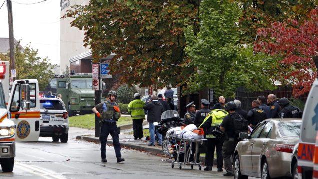 الأحهزة الأمنية الأميركية بالقرب من الكنيس الذي استهدف بعملية إطلاق نار أسفرت عن قتلى وجرحى في بيتسبورغ/أسوشييتد برس