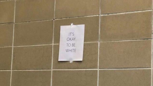 """شعارات على جدران جامعة مانيتوبا تقول: """"لا بأس أن تكون أبيض""""/كاري ميللر"""
