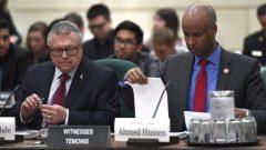 وزير الهجرة الكندي أحمد حسين وإلى يمينه وزير الأمن العام رالف غوديل/راديو كندا