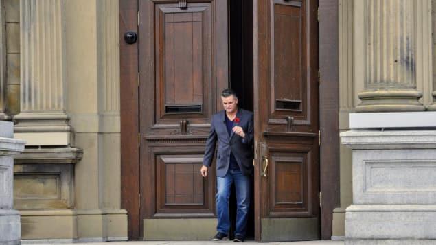 روبير غوفان يخرج من مقر برلمان نيوبرنسويك الجمعية التشريعية مع ذكريات عن والده الذي سبقه باحتلال مقعد فيها/راديو كندا