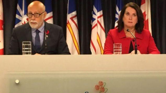 آل هوكينز وزير التعليم العالي والعمل في حكومة نيوفاوندلاند ووزيرة شؤون المرأة سيوبان كودي أعلنا عن تعديل قانون العمل في المقاطعة/Carolyn Stokes/CBC/ هيئة الاذاعة الكنديّة