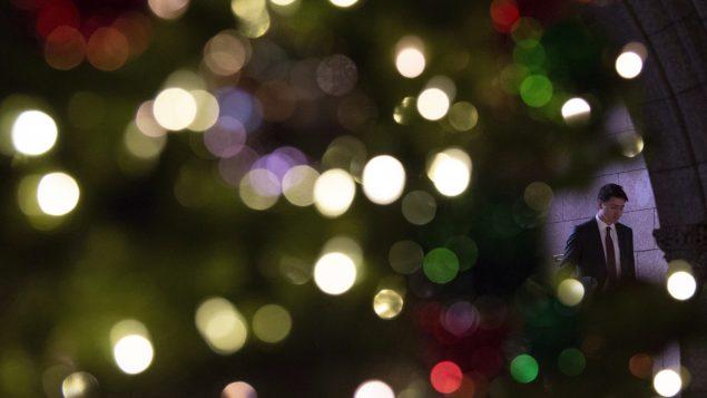 رئيس الحكومة الكنديّة جوستان ترودو وسط زينة الميلاد في بهو مجلس العموم في اوتاوا في 11-12- 2018/Adrian Wyld/CP