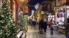 متسوّقون وسط زينة الميلاد في مدينة كيبيك في 16-12-2018/Jacques Boissinot/CP