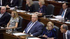 رئيس حكومة أونتاريو من نواب من الحزب التقدمي المحافظ في كوينز بارك، مقرّ الجمعية التشريعية - CP/COLE BURSTON