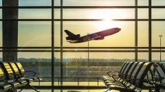 """""""إن الشرعة الكندية لحقوق المسافرين جوّا تحظر إنزال مسافر من الطائرة بسبب الحجز الزائد."""" مارك غارنو، وزير النقل الكندي - Radio Canada"""