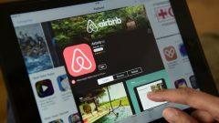 تسمح خدمة اير بي ان بي لاصحاب المنازل والشقق إيجارها لآجال قصيرة عبر تطبيق على الانترنت - Getty Images/John MacDougall